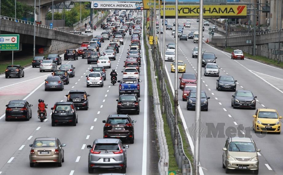 ALIRAN trafik pada waktu petang di Lebuhraya Persekutuan dipenuhi kenderaan pada hari pertama Perintah Kawalan Pergerakan Bersyarat (PKPB). FOTO Asyraf Hamzah