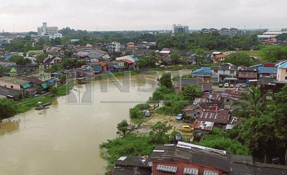 PEMANDANGAN dari udara menunjukkan keadaan paras air Sungai Golok sudah pada paras berjaga-jaga berikutan cuaca tidak menentu di Kelantan, ketika ini. FOTO Fathil Asri.
