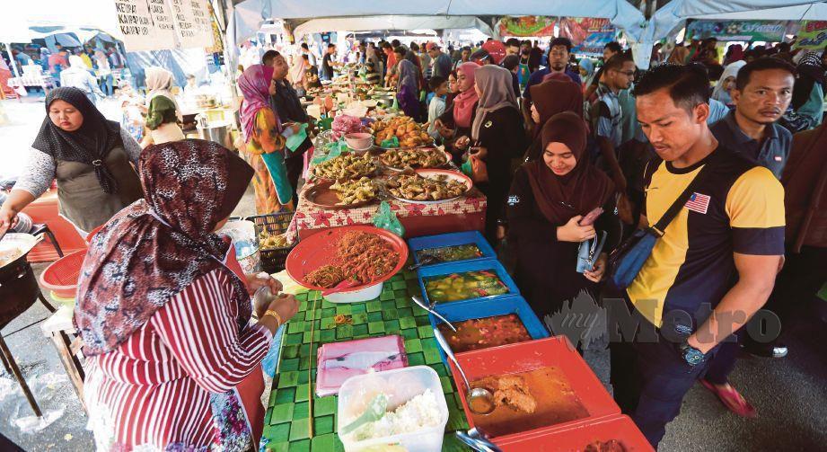 ORANG ramai membeli juadah berbuka puasa di Bazar Ramadan Pasar Batu Enam, Kuala Terengganu, Mei tahun lalu. FOTO GHAZALI KORI