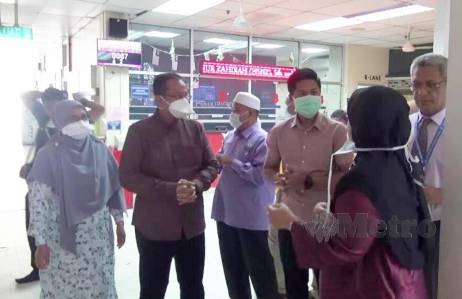 MENTERI Besar, Datuk Seri Dr Ahmad Samsuri Mokhtar (tengah) bersama isteri, Toh Puan Seri Tuan Faizah Tuan Ab Rahman (dua) ketika melakukan lawatan di Hospital Sultanah Nur Zahirah. FOTO Zatul Iffah Zolkiply