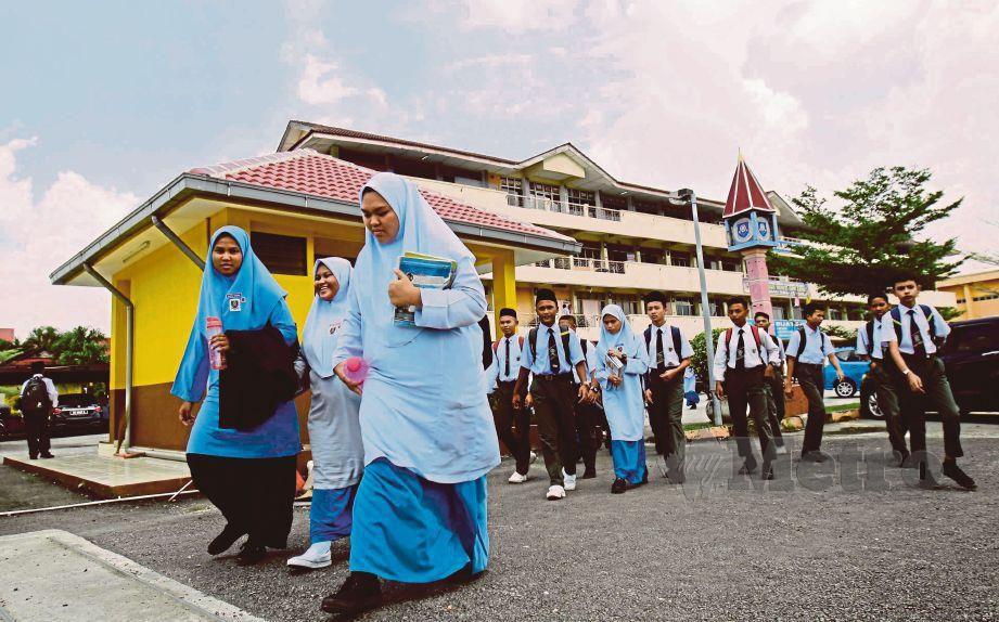 GAMBAR fail menunjukkan pelajar Sekolah Menengah Kebangsaan Meru ketika selepas selesai persekolahan sesi pagi. FOTO Syarafiq Abd Samad
