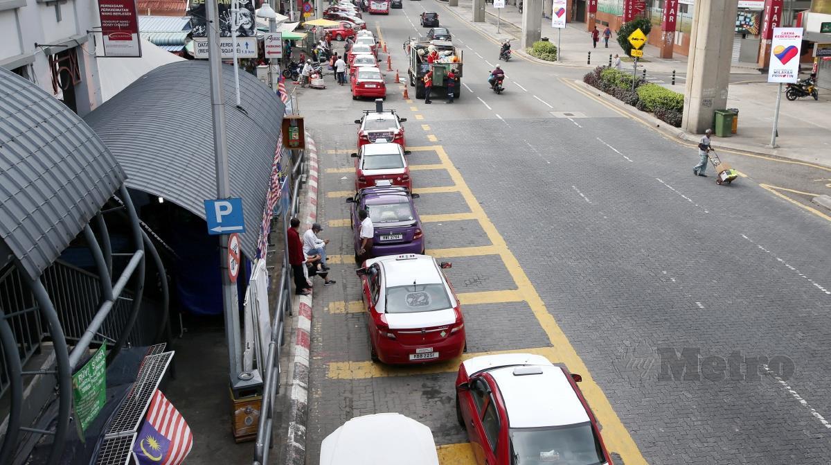 PEMANDU teksi beratur panjang menunggu penumpang di ibu negara. FOTO EIZAIRI SHAMSUDIN