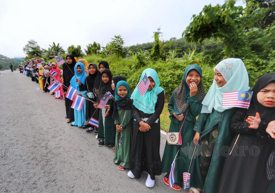PENDUDUK kampung menyambut kedatangan petugas Program Titipan Kasih Qurban Harian Metro 2019 di Kampung Lak-Ol, Narathiwat. FOTO Aswadi Alias