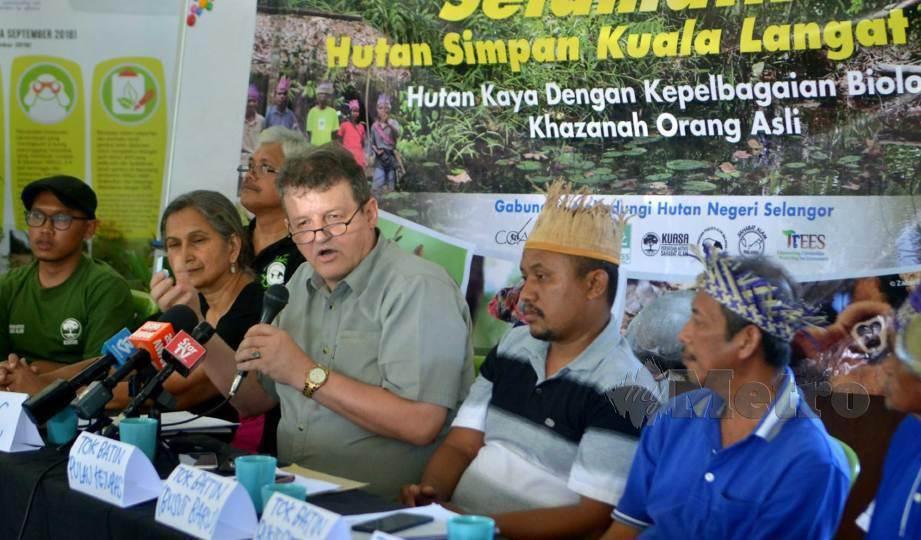 FAIZAL (tengah) pada sidang media pemansuhan warta Hutan Simpan Kuala Langat Utara di Balai Raya Bukit Cheeding, Kuala Langat. FOTO Faiz Anuar