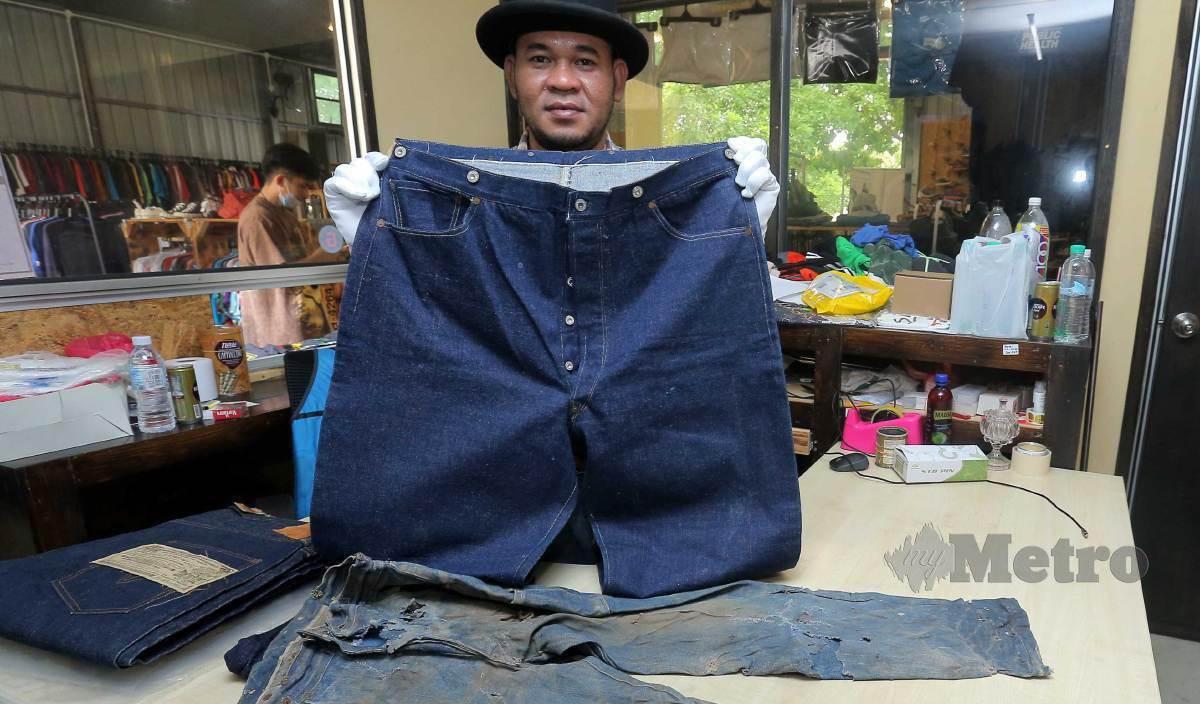 AHMAD Baihaki menunjukkan koleksi jeans berusia lebih 100 tahun yang dimilikinya. FOTO Saifullizan Tamadi