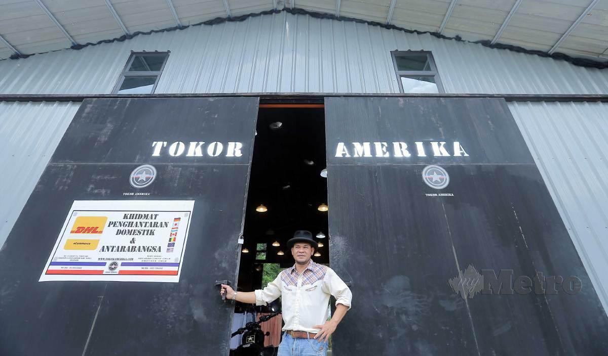 AHMAD Baihaki di depan kedai Tokor Amerika miliknya. FOTO Saifullizan Tamadi