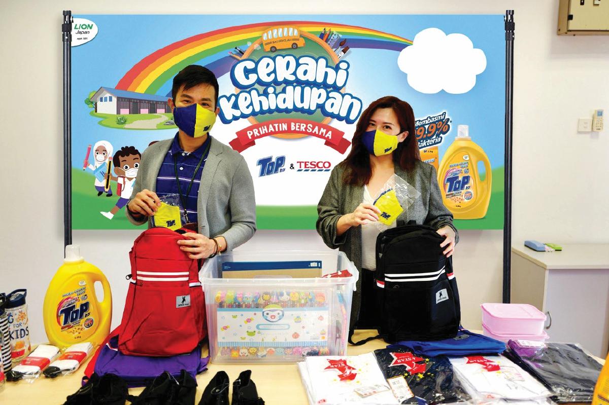 BEE dan Ling menyiapkan kelengkapan kembali ke sekolah untuk diedarkan kepada pelajar Orang Asli.
