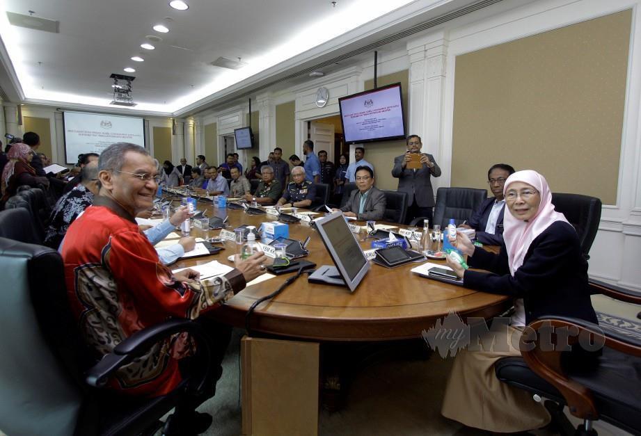 WAN Azizah (kanan) mempengerusikan mesyuarat berkenaan wabak 2019 Novel Koronavirus (2019-nCoV) di Bangunan Perdana Putra hari ini. FOTO BERNAMA
