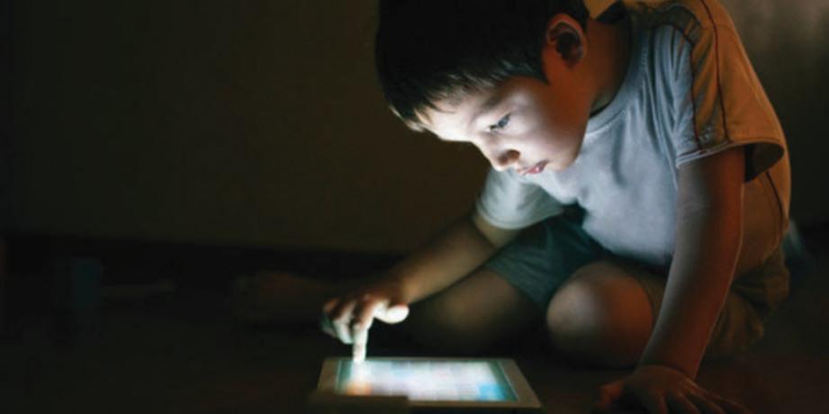 ASPEK yang perlu dilihat adalah kesedaran pengguna untuk mengawasi tempoh anak mereka melihat skrin paparan.