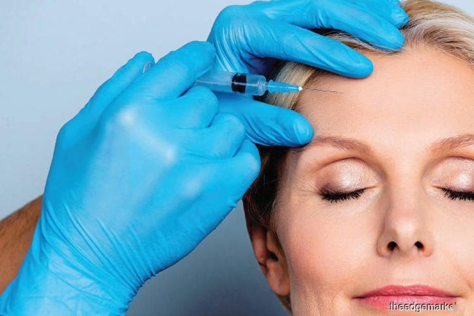 SEGELINTIR individu melakukan suntikan vitamin C bagi mengurangkan garisan halus di wajah.