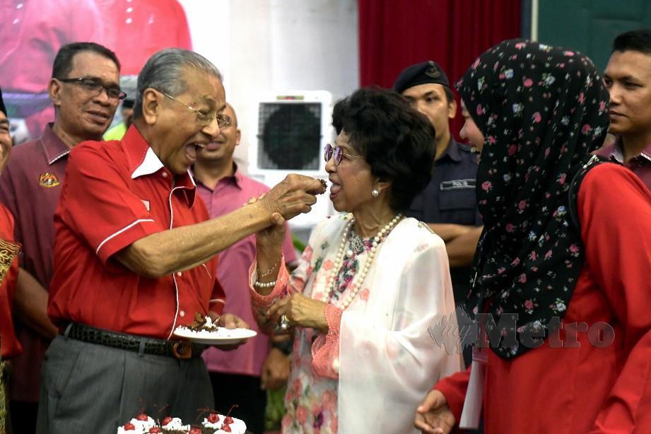 AKSI bersahaja Dr Mahathir dan Dr Siti Hasmah ketika menikmati sepotong kek pada majlis Rumah Terbuka Aidilfitri Parlimen Langkawi, hari ini. FOTO BERNAMA