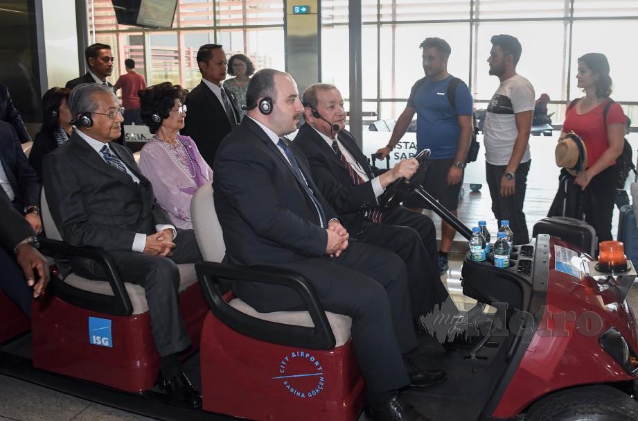 TUN Dr Mahathir Mohamad bersama Tun Dr Siti Hasmah Mohd Ali dibawa meninjau persekitaran ISG yang dimiliki MAHB. FOTO BERNAMA