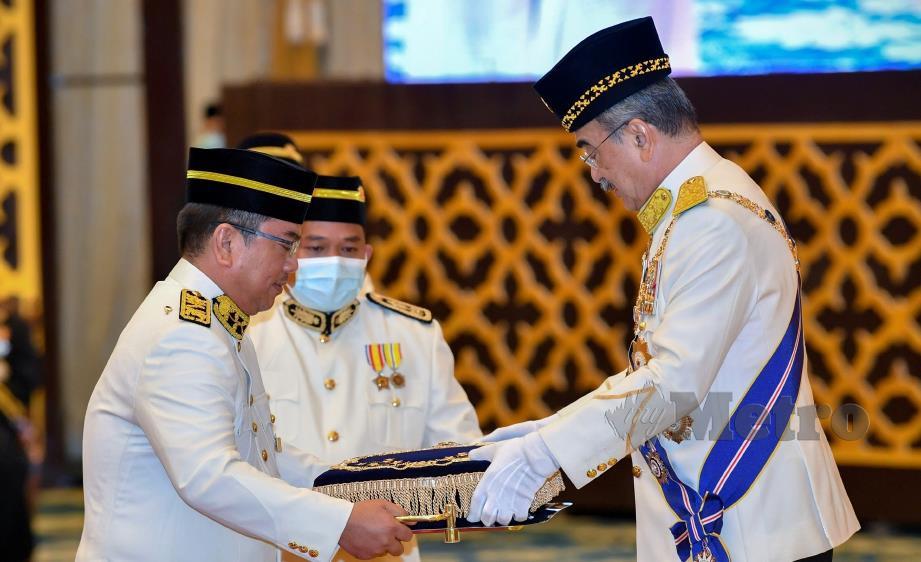 MELAKA, 24 Ogos -- Yang Dipertua Negeri Melaka Tun Mohd Ali Rustam (kanan) menerima Darjah Seri Paduka Setia daripada Kerajaan Negeri Melaka membawa gelaran Tun Seri Setia yang disampaikan oleh Ketua Menteri Melaka Datuk Sulaiman Md Ali (kiri) pada Istiadat Menghadap dan Mempersembahkan Darjah Seri Paduka Setia Melaka di Balai Istiadat, Seri Negeri, Ayer Keroh hari ini.-- fotoBERNAMA (2020) HAK CIPTA TERPELIHARA