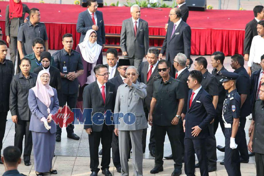 PERDANA Menteri, Tun Dr Mahathir Mohamad selepas perhimpunan bulanan JPM di Bangunan Perdana Putra, Putrajaya, turut kelihatan Timbalan Perdana Menteri, Datuk Seri Dr Wan Azizah Wan Ismail. Foto NSTP/AHMAD IRHAM MOHD NOOR.