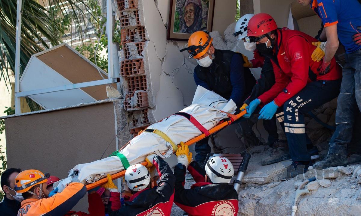 PASUKAN penyelamat mengeluarkan mayat mangsa gempa bumi di Izmir, Turki. FOTO AFP