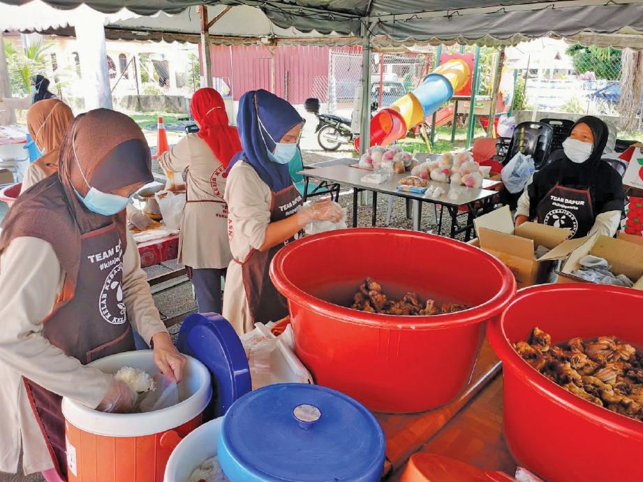 TIDAK kekok menyediakan makanan untuk asnaf. FOTO Ihsan Dr Noreen Fazlina Mat Nor