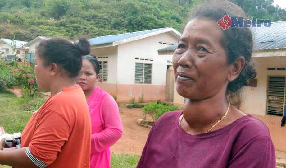 PENDUDUK (kanan) di Pos Hau Baru, Gua Musang yang menghidap tiroid. FOTO Siti Rohana Idris