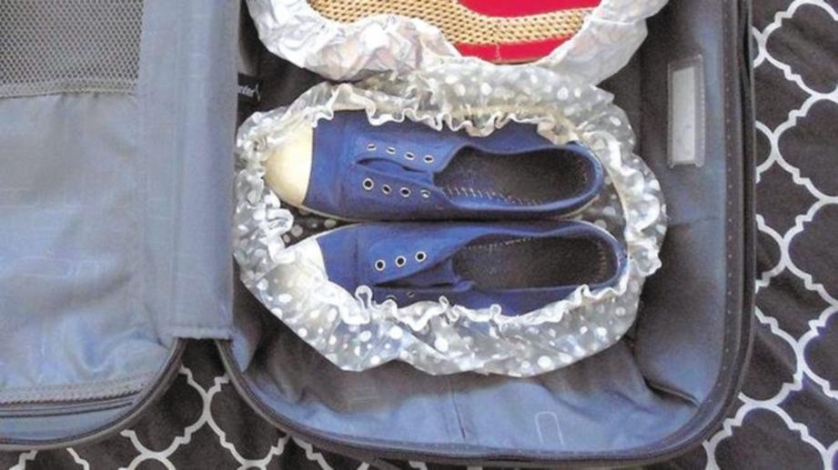 GUNA topi mandi sebagai pelapik kasut atau selipar.