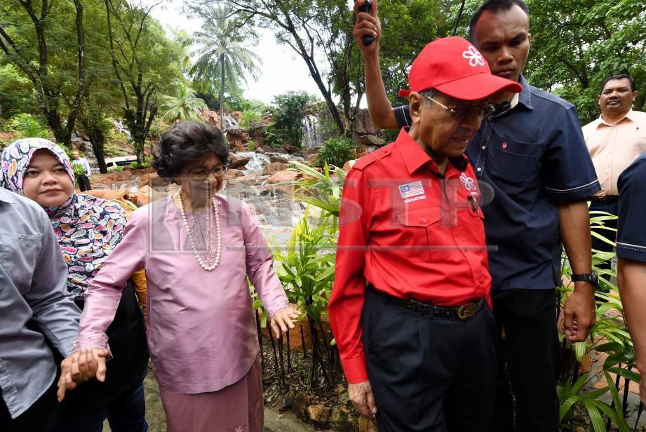 LANGKAWI, 20 Okt - Tun Dr Mahathir dan isteri Tun Dr Siti Hasmah Mohd Ali melawat Air Terjun Temurun Langkawi hari ini.Dr Mahathir  dan isteri Tun Dr Siti Hasmah Mohd Ali berada kira-kira 15 minit menikmati keindahan air terjun itu - Foto BERNAMA
