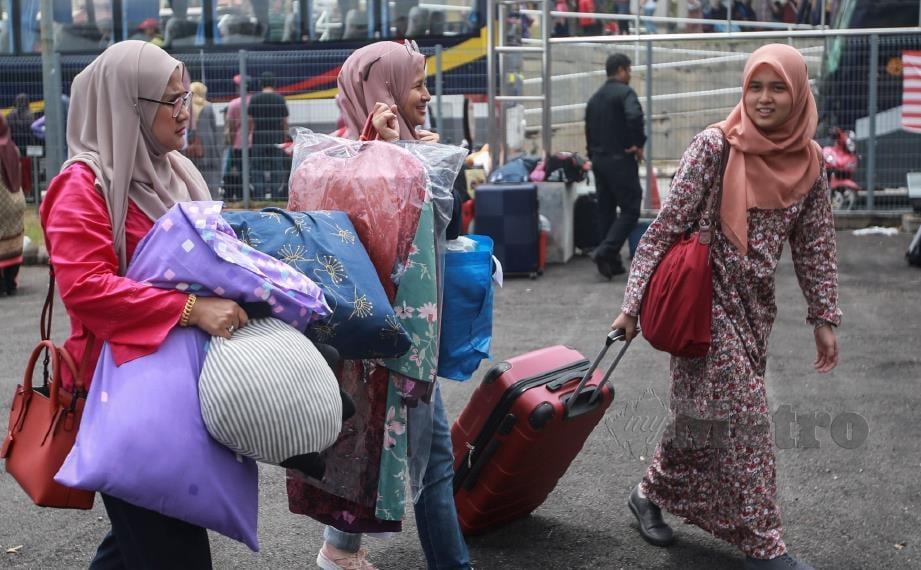 PENUNTUT baharu ditemani ahli keluar ketika mendaftar sebagai di Kolej Mawar UiTM, Shah Alam, hari ini. FOTO Sairien Nafis