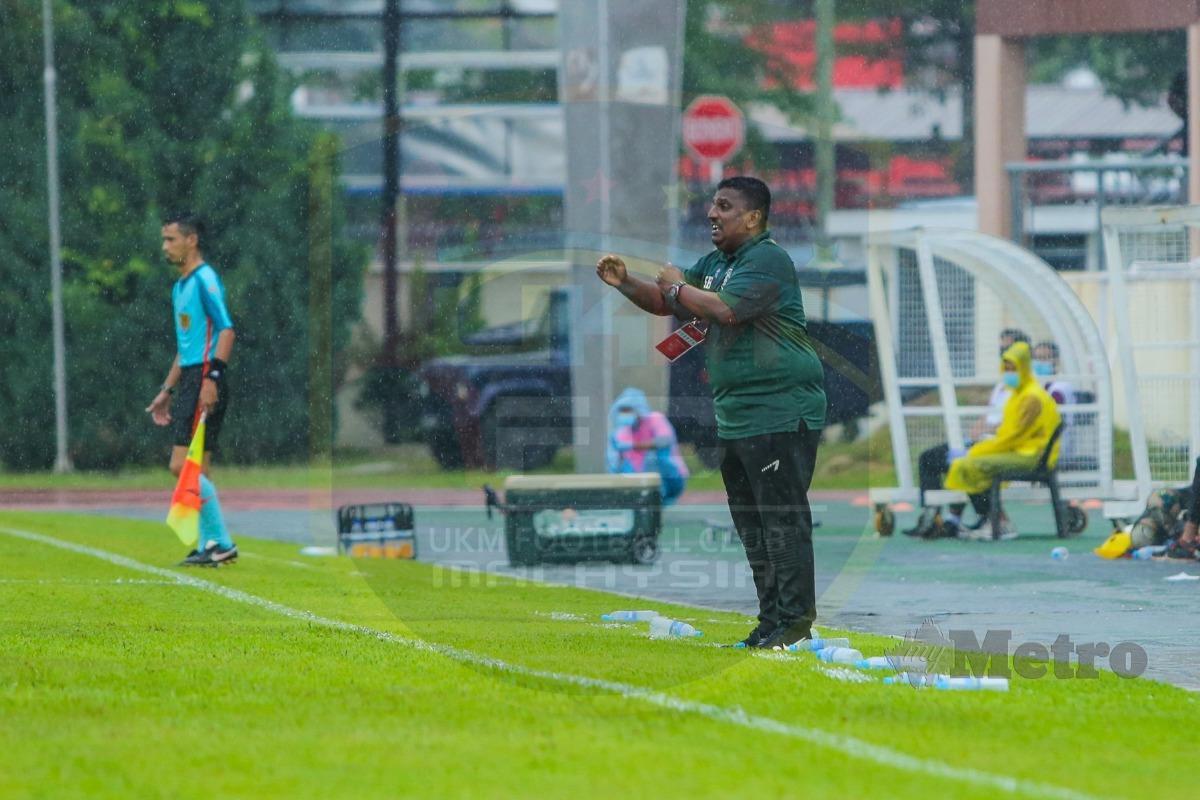 Jurulatih UKM FC memberi arahan kepada pemain ketika aksi Liga M baru-baru ini. FOTO Ihsan UKM FC
