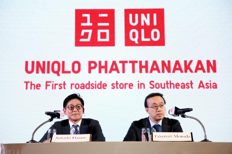 HATASE (kiri) dan Naib Presiden Kanan Kumpulan Fast Retailing Co Ltd, Takenori Motoda ketika sidang media.
