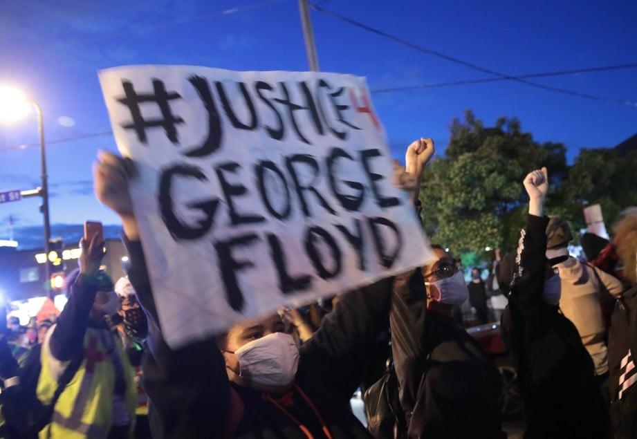 PENUNJUK perasaan berkumpul di hadapan balai polis di Minneapolis, Minnesota menuntut keadilan susulan kematian George Floyd. FOTO AFP