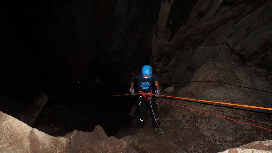 KEADAAN Gua Tagang yang gelap dan perlu menggunakan teknik abseiling untuk turun. FOTO KRESMA