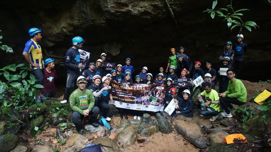 PESERTA yang terbabit dalam aktiviti menerokai gua. FOTO KRESMA