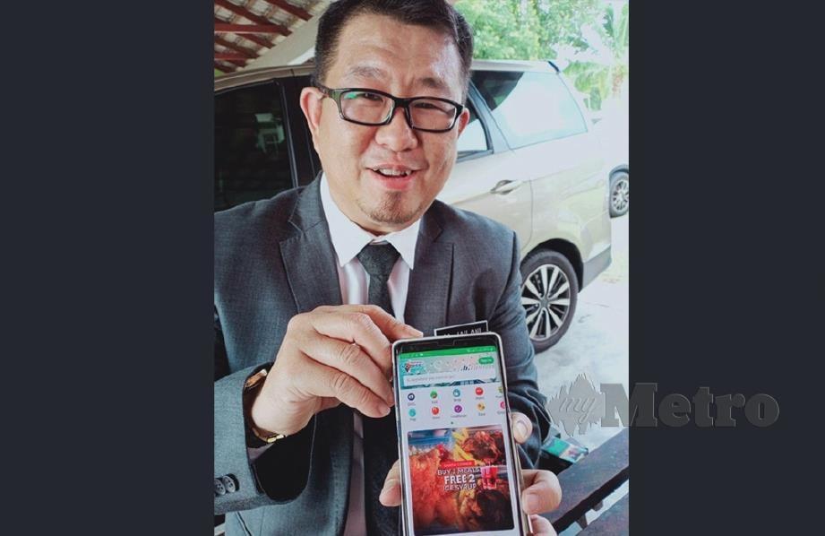 Muhammad Jailani Khamis menunjukkan aplikasi Melaka eXcess. FOTO AMIR MAMAT