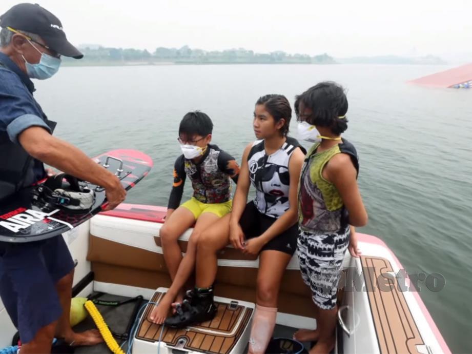 SKUAD ski air yang menjalani latihan di Putrajaya terganggu akibat jerebu tebal.