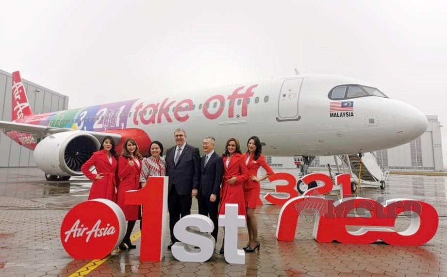 VERANITA (tiga dari kiri) bersama Menking dan Kim pada majlis penghantaran pertama pesawat jenis Airbus A321neo di Hamburg, Jerman.