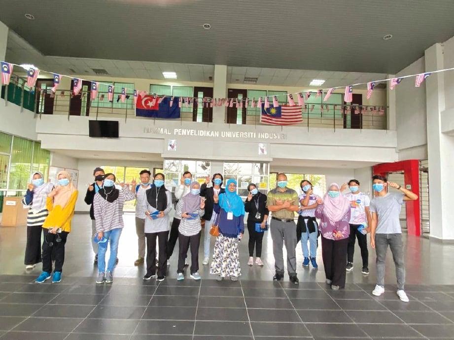 PELAJAR UTM dan SIT di majlis penutupan ViCE 20' secara dalam talian yang dihadiri Timbalan Naib Canselor (Hal Ehwal Pelajar) UTM Prof Dr Durrishah Idrus.