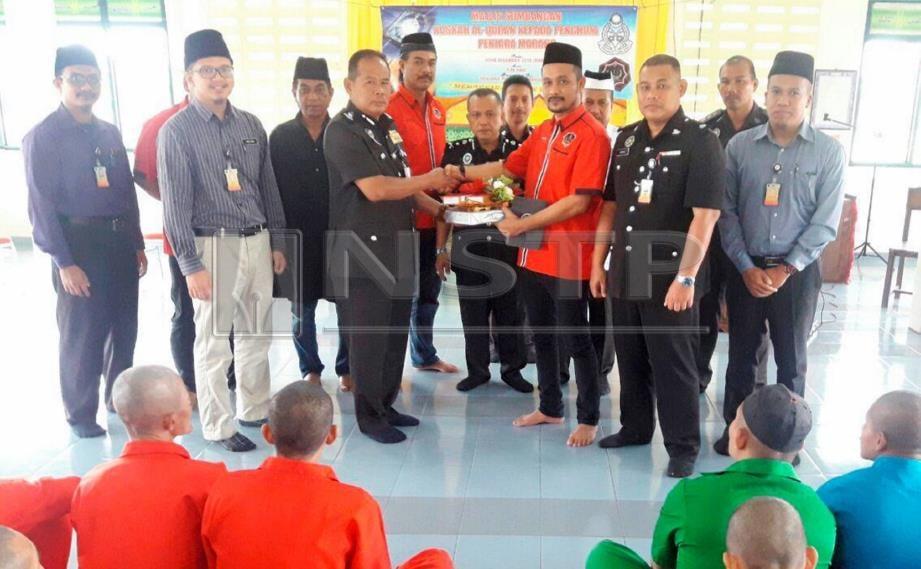 CHE Mohd Ibrahim (empat dari kanan) menyerahkan sumbangan kepada Ahmad Saidi pada Majlis Penyerahan Sumbangan al-Quran dan Kelengkapan Ibadat Pertubuhan WARISAN kepada Penjara Marang, semalam. FOTO Ahmad Rabiul Zulkifli.