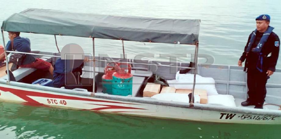 ANGGOTA Pasukan Polis Marin (PPM) menggagalkan cubaan menyeludup keluar barang kawalan melalui kawasan perairan Sungai Haji Kuning, Tawau. FOTO Ihsan PPM