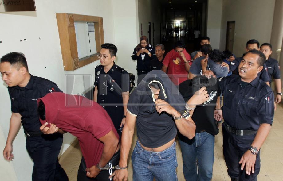 ENAM lelaki mengaku bersalah dan didenda RM200 setiap seorang, manakala  pemandu bas mengaku tidak bersalah di Mahkamah Majistret Kuantan hari ini atas tuduhan terbabit dalam kes pergaduhan di kawasan Rehat & Rawat (R&R) Gambang arah timur Lebuhraya  Pantai Timur (LPT). FOTO Muhd Asyraf Sawal