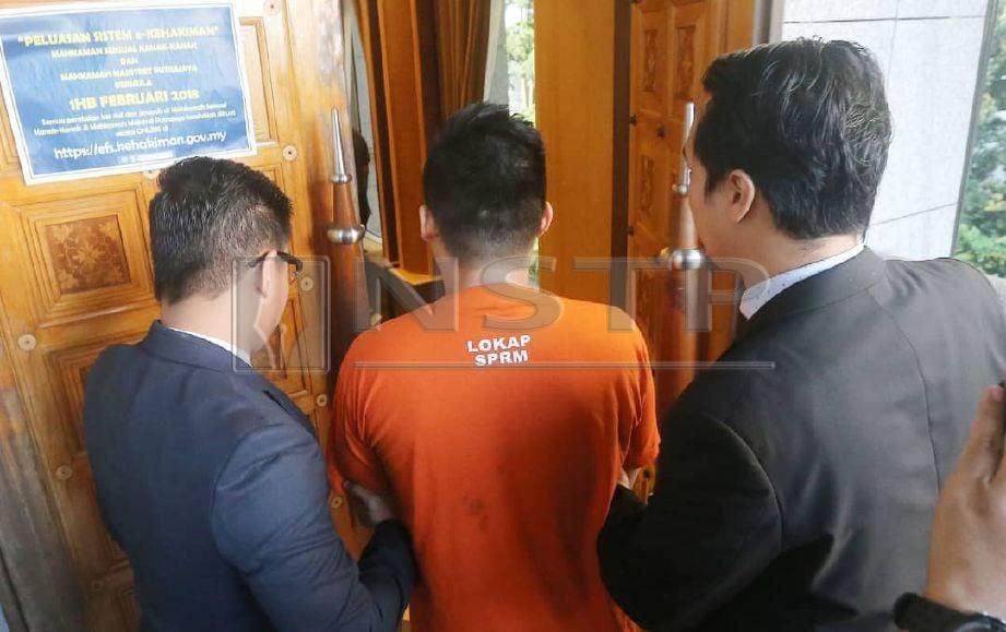 BEKAS pengurus kanan produk di sebuah syarikat yang ditahan bagi membantu siasatan berkaitan kes menerima suapan bernilai lebih RM2 juta, direman tiga hari sehingga Jumaat ini. FOTO Mohd Fadli Hamzah