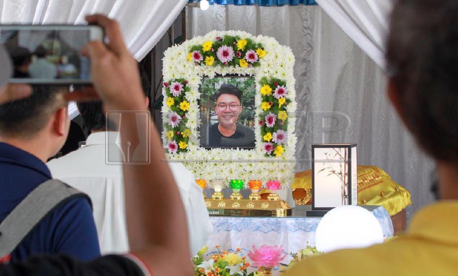 AHLI keluarga dan rakan memberi penghormatan kepada mendiang Moey Yun Peng di Taman Baiduri, Butterworth. Yun Peng, penuntut kolej swasta maut setelah kenderaan utiliti sukan (SUV) dipandunya terhumban ke dalam laut di Jambatan Pulau Pinang di sini, Ahad lalu. FOTO Danial Saad