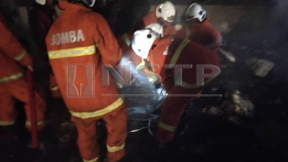 Lelaki berusia 50-an ditemui rentung dalam kebakaran di Kampung Triang, Bera malam tadi. FOTO Ihsan Bomba