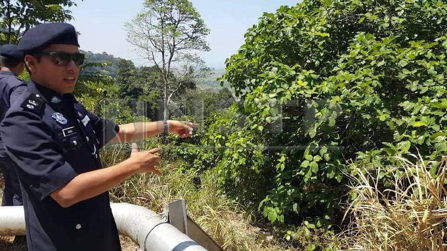 KETUA Polis Daerah Langkawi, Superintendan Mohd Iqbal Ibrahim menunjukkan lokasi cebisan mayat kanak-kanak perempuan, Nur Aisyah Aleya Abdullah, 3, ditemui di kawasan gaung di Jalan Gunung Raya, Langkawi. FOTO Hamzah Osman