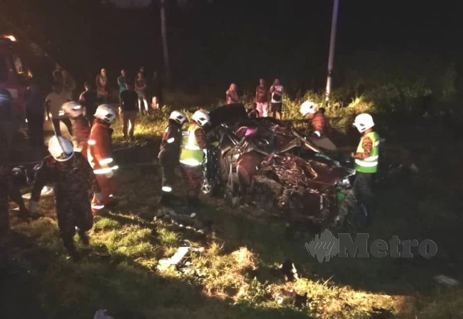 LIMA penumpang termasuk pemandu kereta Proton Persona maut selepas terbabit dalam kemalangan dengan bas ekspress di Jalan Raub-Kuala Lipis awal pagi tadi. FOTO Ihsan Bomba
