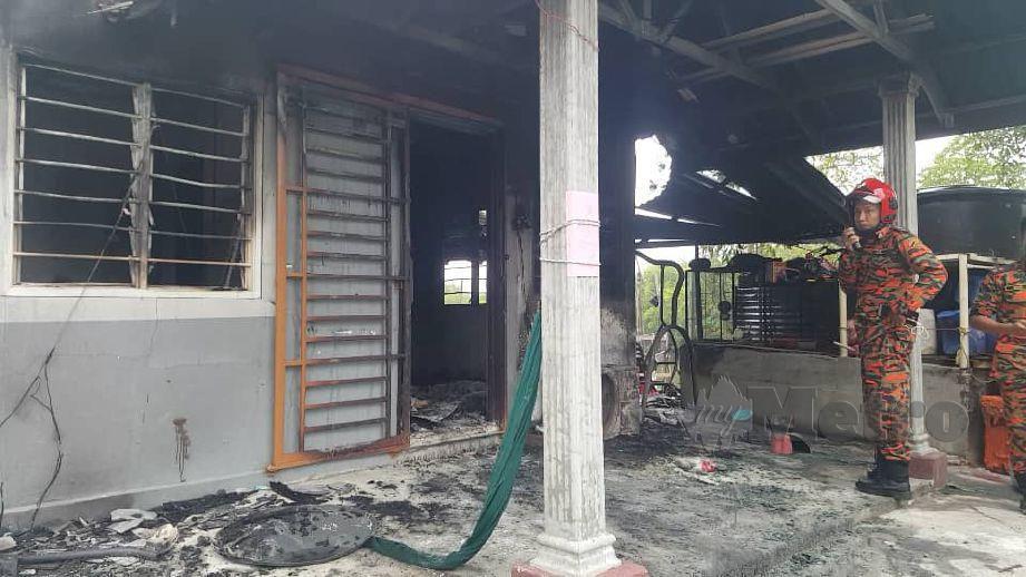 ANGGOTA bomba melakukan siasatan di rumah yang terbakar dan menyebabkan tiga mangsa termasuk seorang kanak-kanak ditemui mati di Pangkalan Nelayan Sungai Tepa, Bukit Malut, Langkawi. FOTO Hamzah Osman