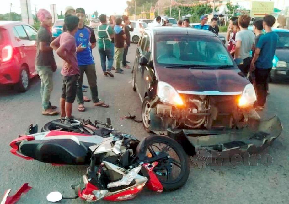 Keadaan selepas kemalangan membabitkan motosikal dan dua kereta jenis Perodua Viva di Kilometer 4, Jalan Papar - Beaufort.  FOTO Ihsan PDRM