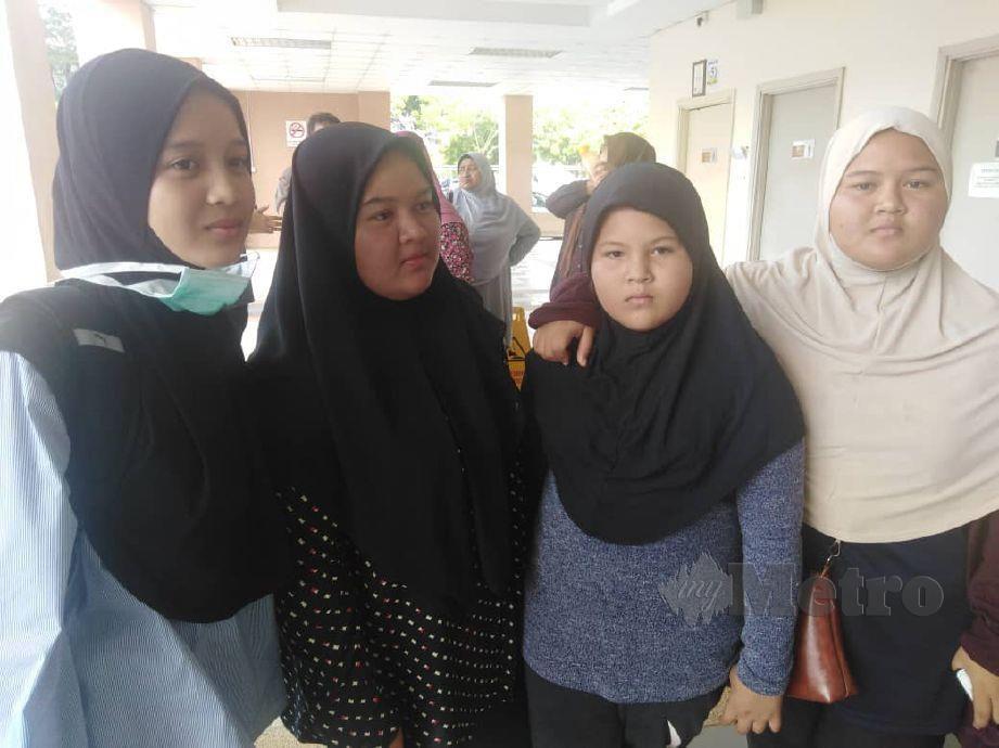 NUR Syafani Mohd Nahar, 20, (kiri) bersama tiga adiknya, Nur Shafinas, 18, Nur Saleha, 11, dan Nur Syafina, 18, di perkarangan Jabatan Forensik Hospital Sultanah Bahiyah untuk melakukan pengecaman mayat ibu bapa dan adik mereka yang terbabit dalam kebakaran di Langkawi. FOTO Zuliaty Zulkiffli