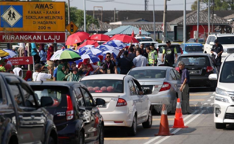 SUASANA peraih undi yang bersorak dibahu jalan mengakibatkan kesesakan lalulintas sempena hari mengundi bagi Pilihan Raya Kecil (PRK) Dewan Undangan Negeri (DUN) Rantau di Sekolah Jenis Kebangsaan (C) Chung Hua, Rantau, Negeri Sembilan. FOTO Iqmal Haqim Rosman