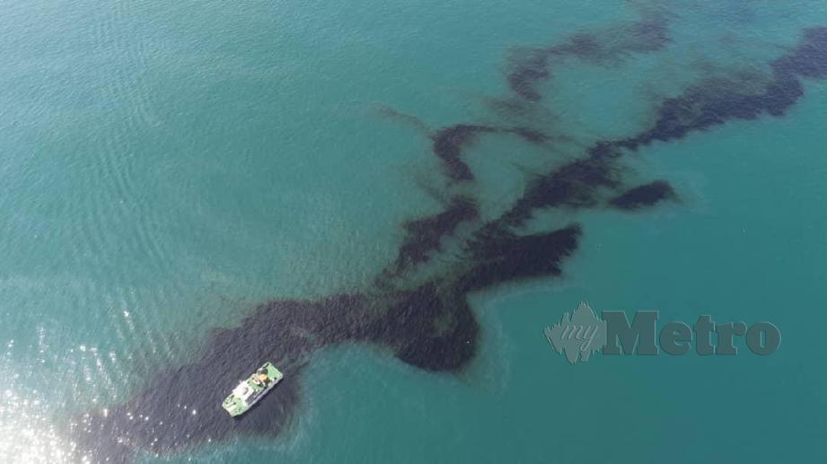 KAPAL Al- Nilam Jabatan Laut menjalan operasi memantau lokasi kesan tumpahan minyak di tengah laut dan kini sudah merebak ke pesisir Pantai Tanjung Balau, Desaru di Kota Tinggi. FOTO Ihsan Jabatan Laut Malaysia