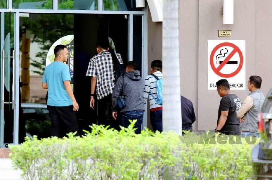ANGGOTA penguatkuasa JPJ hadir di pejabat SPRM. FOTO Mikail Ong