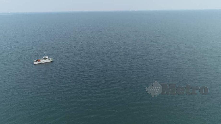 JABATAN Laut Wilayah Selatan (Johor) menggerakan dua aset miliknya bagi mengesan tompokan minyak dianggarkan sebanyak kira-kira 60 tan di perairan Tanjung Balau, Kota Tinggi sejak petang semalam. FOTO Ihsan Jabatan Laut Wilayah Selatan Johor