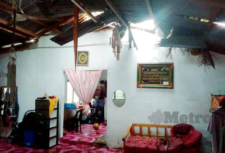 HUJAN lebat serta ribut menyebabkan sebuah rumah di hempap pokok kelapa, di Kampung Lela, Kuala Pegang, Baling. FOTO Ihsan Pembaca