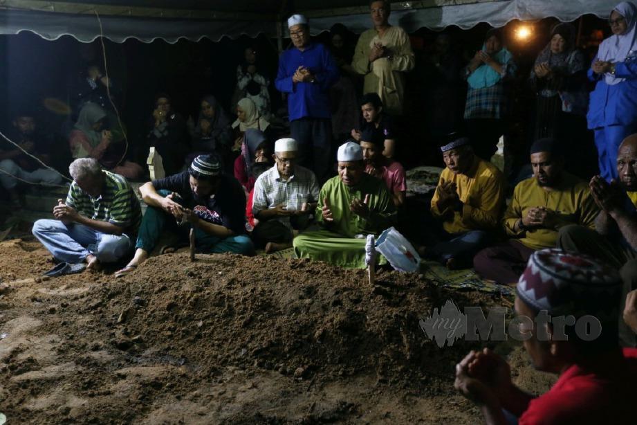SUASANA majlis pengebumian jenazah Siti Kharina di Tanah Perkuburan Islam Kampung Tengah, Kuala Pilah. FOTO Iqmal Haqim Rosman